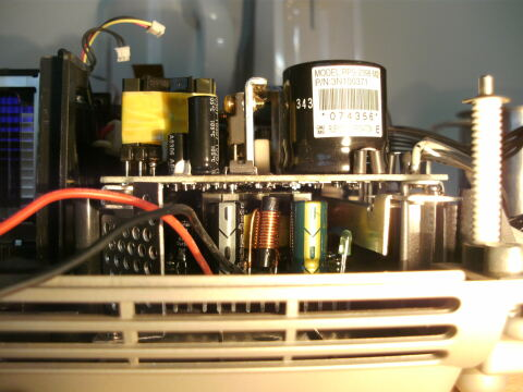 LED-Netzteil unter dem Beamer-Netzteil