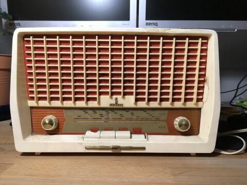 Frontansicht eines kleinen, alten, heruntergekommenen Röhrenradios von Siemens