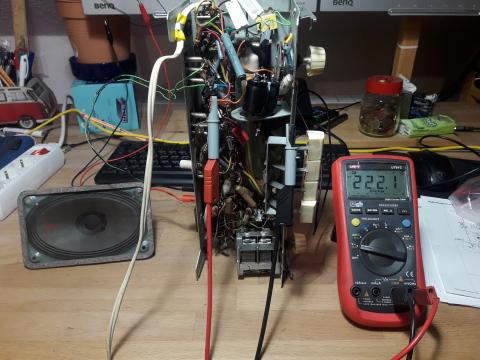 Foto des Radios, des Lautsprechers und des Multimeters. 222V DC auf dem Multimeter.