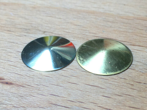 Zwei Messingblenden, eine poliert, die andere noch nicht.