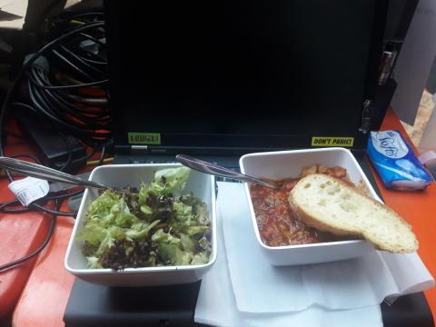 Gulasch und Salat auf einem Thinpad T410
