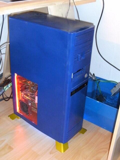 Foto des Rechners und des Ausgleichsbehälters